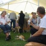 Mennesker og hunde flokkes om kaffebordet