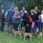 Mennesker og hunde flokkes om grillen. Tak for en dejlig dag
