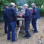 Grillmestrene flokkes om grillen og hundene håber der ryger en pølse af gaflen